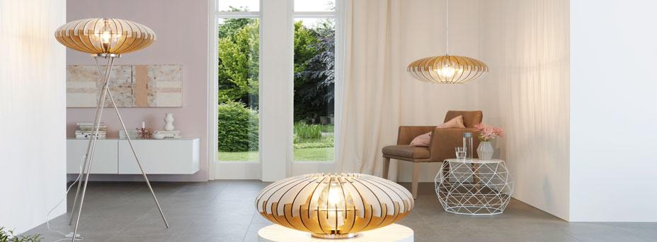 Stehlampe Dreibein Tischlampe und Hängelampe mit Holzlamellen Modell SOTOS im Wohnbereich