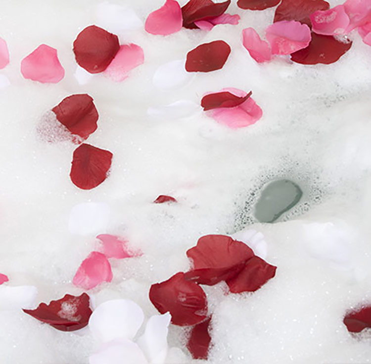 woonruimtes badkamerverlichting bubbelbad met rozenblaadjes