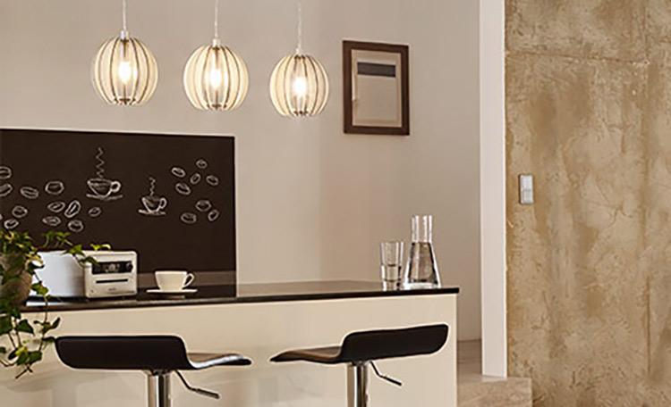 woonruimtes eetkamerlampen over keuken met ontbijtbar