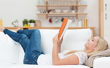 Wohnmagazin Frau liest das Magazin