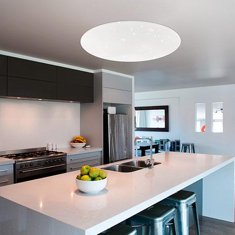 Räume smarte Deckenleuchte in der Küche