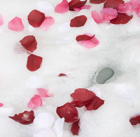 Räume Badlampen Schaumbad mit Rosenblätter