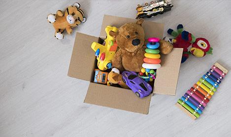 Räume Wohnzimmer mit Spielsachen